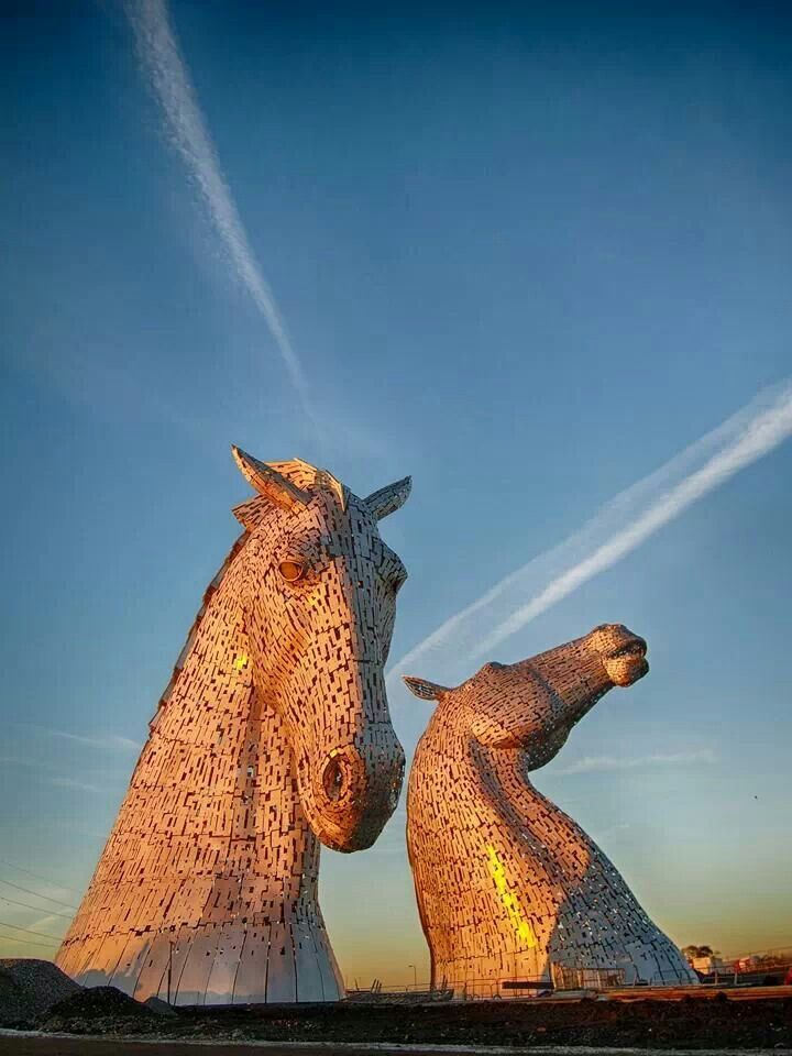 Esculturas de cabeza de caballo de Kelpies gigantes dominando el Forth & Clyde Canal en Falkirk, Escocia