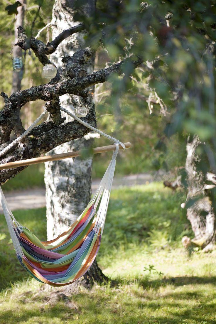 Raidallisessa Indiskan riipputuolissa on mukava lueskella puun varjossa.