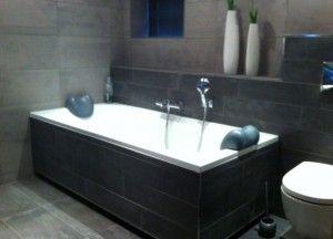 luxe badkamer uitgevoerd door Ennovy keukens en badkamers., met mosa licht grijs met antraciet tegels van Mosa. Ligbad society 1900x900 in wit