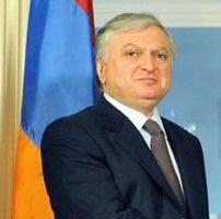 """El ministro de Relaciones Exteriores de Armenia, Edward Nalbandian, dijo que las declaraciones de ministro turco de Relaciones Exteriores sobre las bajas sufridas durante violaciones de alto el fuego en los últimos la línea de contacto tiene """"olor a racismo""""."""