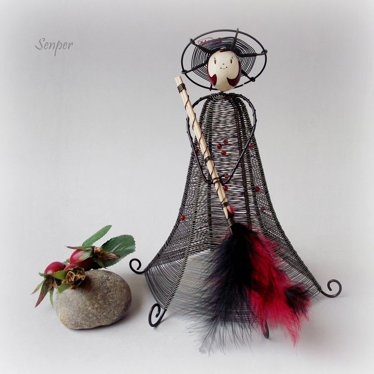 Moje malá čarodějka :) Drátovaná soška ( figurka ) z černého žíhaného drátu. Kukuč čarodějkdy vymodelovala z keramikyKronmon74. Na hlavičce nosí čarodějka drátovaný klobouček se skleněným lístkem a květinkou v červené barvě. Šaty si nechala dozdobit hrstkou červených skleněných korálků. A v ručkách nese poslední model koštěte ze špejlí a peříček :) ...