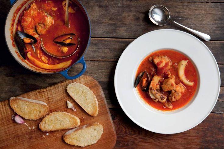 Een+recept+uit+het+boek+De+zilveren+lepel+vis+Klik+hier+om+te+bestellen.+    Deze+vissoep+is+een+specialiteit+uit+Livorno+in+Toscane.+Neem+er+bijvoorbeeld+een+paar+stukken+zeeduivel,+een+kongeraal+of+paling,+een+paar+pijlinktvissen+of+zeekatten+en+wat+mosselen+voor.