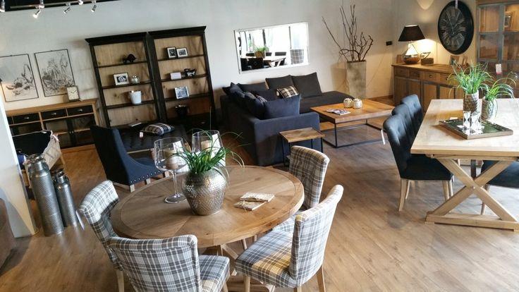 Okrągły stół jadalniany dla 6 osób, będący idealną propozycją do małych jadalni. Tapicerowane krzesła ze wzorem kratki przywodzą na myśl rodzinną atmosferę.