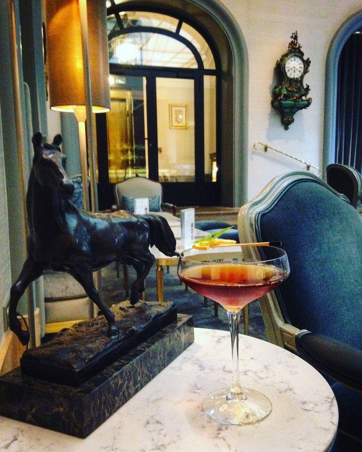 【 Les Cocktails du Mardi Soir】🍸 « From Porto to Manhattan » ou le Martini revisité. Découvrez le doux mariage du Rhum Ambré, du Martini Rouge, du Porto et de la Verveine Citronnée de notre toit. ________________________ 🍸 « From Porto to Manhattan » or the reinvented Martini. Discover the sweet alliance of dark Rhum, red Martini, Porto and lemon Verbena from our roof.