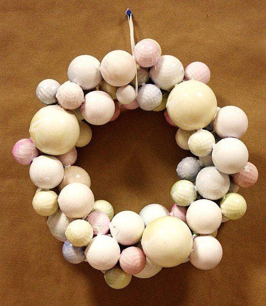 Пастельный венок из новогодних шариков для любителей нежности и минимализма