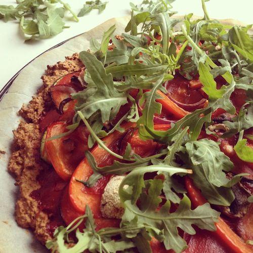 Pizza met een bodem van havermout, boekweit, walnoot en zongedroogde tomaatjes. Ja, echt! En FODMAP-proof!