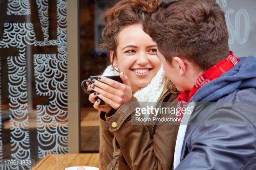 Foto de stock : Late teens couple sitting outside a cafe