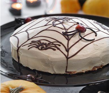 Spidercake, eller morotskaka med spindelmönster av choklad, är en given succé till Halloween. Morotskakan ger du smak av kanel, hasselnötter och russin medan den krämiga toppingen över kakan byggs upp av cream cheese, crème fraiche och honung.