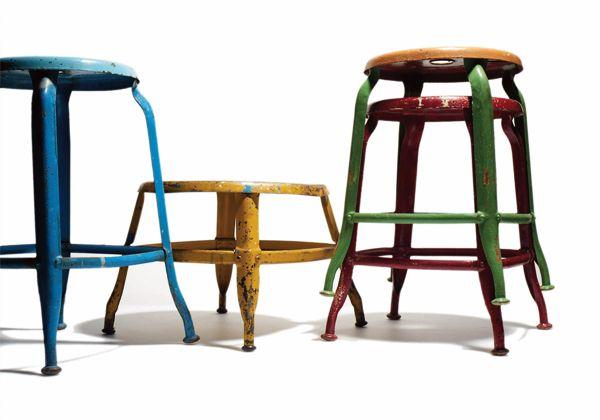 Contraddistinti da legni scuri e metallo, i mobili in stile industriale – tavolini e sedie da bar, armadietti, casellari e lampade da ufficio – sono divenuti elementi chic nel design d'interni: pezzi
