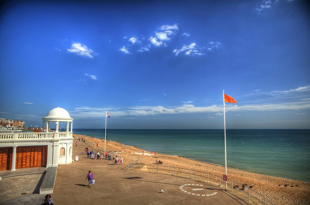 Shore and beach, Bexhill-on-Sea (Bexhill), East-Sussex, Sussex, United Kingdom by Stewart Leiwakabessy, via Flickr
