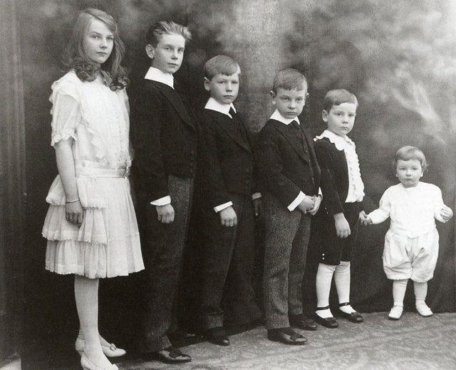 John D. Rockefeller & Abby Greene Aldrich (m.1901)  had six children, a daughter and the five Rockefeller brothers: Abby Rockefeller Mauzé (November 9, 1903 - May 27, 1976) John D. Rockefeller III (March 21, 1906 - July 10, 1978) Nelson Aldrich Rockefeller (July 8, 1908 - January 26, 1979) Laurance Spelman Rockefeller (May 26, 1910 - July 11, 2004) Winthrop Rockefeller (May 1, 1912 - February 22, 1973) David Rockefeller (born June 15, 1915)
