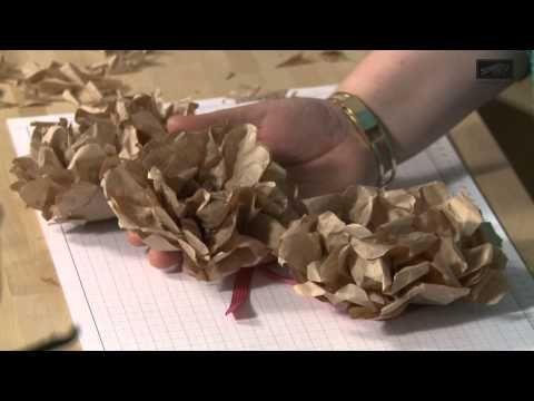 Charlotte zeigt in dieser Trickkiste, wie aus Design-, Füll- und Packpapier ganz einfach wunderschöne Papierblumen entstehen. Stempel, Schmucksteine und Bänder von Stampin' Up! lassen die Blumen in den schönsten Farben erblühen. Glanz- und Glitzereffekte setzen besondere Akzente.