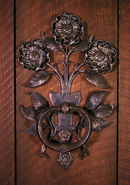 indigodreams:  miqueridaladybug:Floral door handle by artist Carl Close Jr.,Hammersmith Studios
