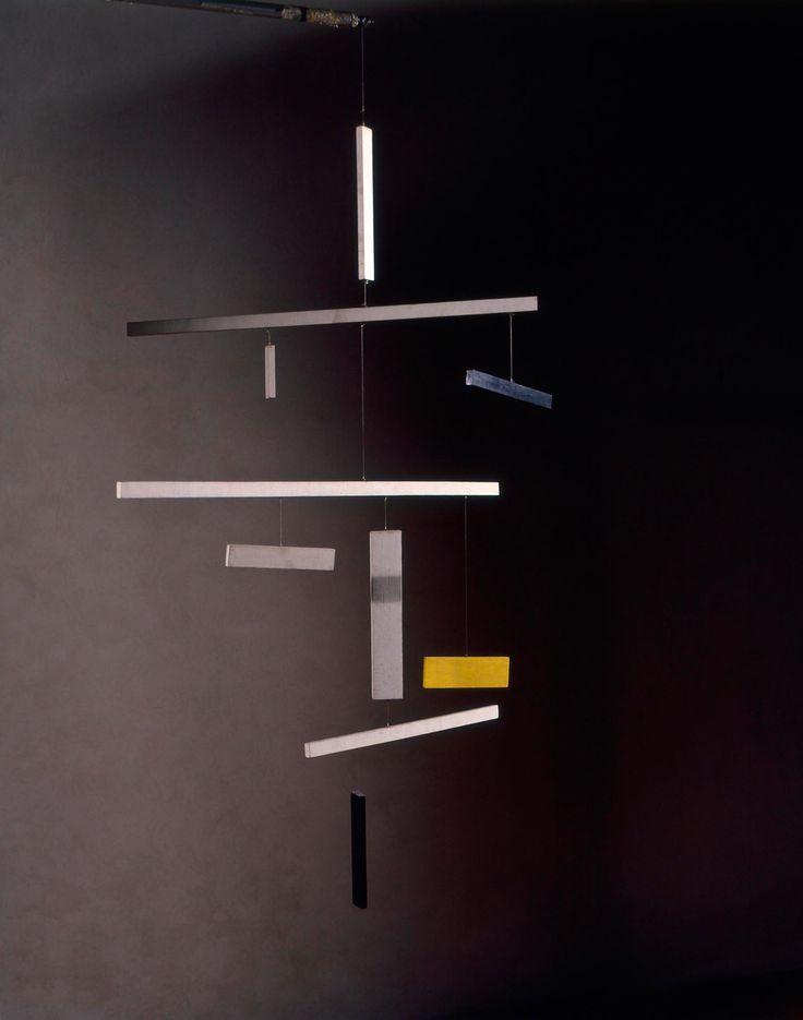 Munari crea dunque delle macchine da appendere al soffitto composte da elementi di materiali leggerissimi (ad esempio bacchette di legno di balsa, fogli di cartoncino dipinti su entrambi i lati, vetro soffiato, fili di acciaio elastico) liberi di muoversi nello spazio senza vincoli tra loro. La Macchina Inutile è una composizione che cerca, attraverso la sua trasformazione dinamica, di suscitare nello spettatore la percezione di una forma instabile.