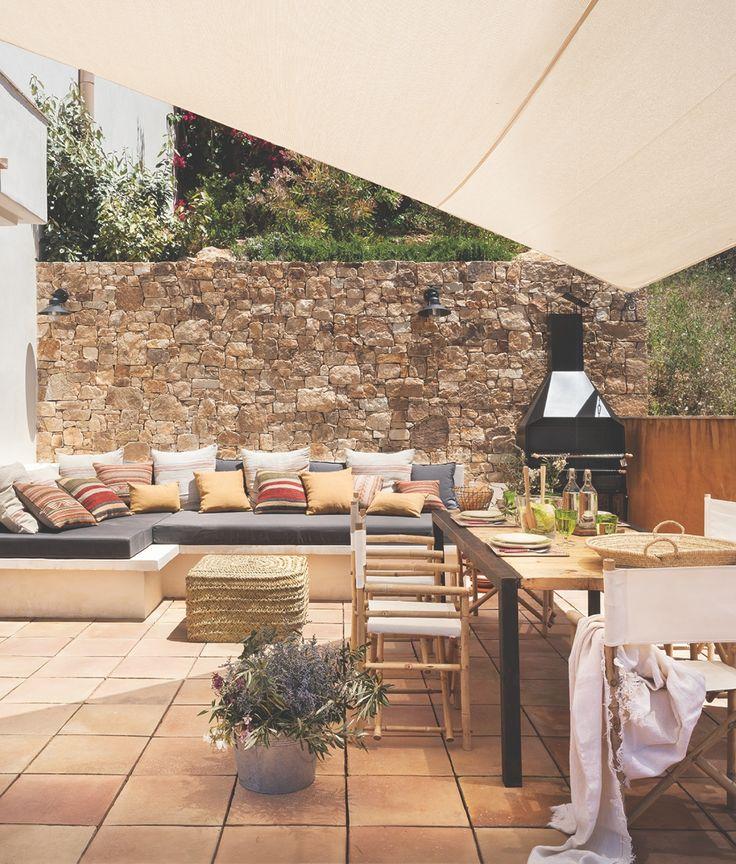 Coemdor exterior con barbacoa, pared de piedra, sillas director, mesa de madera y metal y sofá de obra al fondo_Untitled Panorama2a