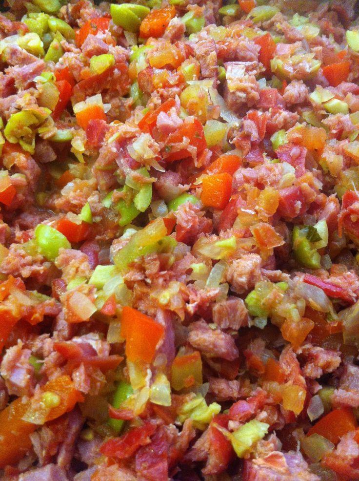 Marlin Ahumado. Pica cebolla y ajo, en un sartén con aceite de olivo agrega la cebolla y el ajo, agrega jitomate y aceitunas picadas finamente.  Una vea que están hirviendo un poco agrega el marlin ahumado en trozos pequeños o desmenuzado, agrega un poco de pimienta y chile serrano al gusto. Lo puedes servir en tostadas con aguacate o bien en quesadillas conqueso o sólo con arroz y ensalada!