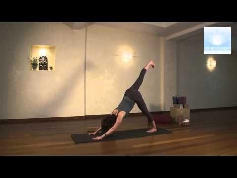 Le yoga du matin emploie une séquence de postures (asanas) basiques qu'on retrouve dans tous les cours. Cet enchaînement commence avec des postures douces (p...