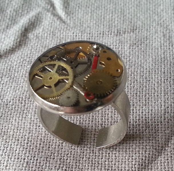 Steampunk anello ingranaggi resina di The Gears of the Clock su DaWanda.com