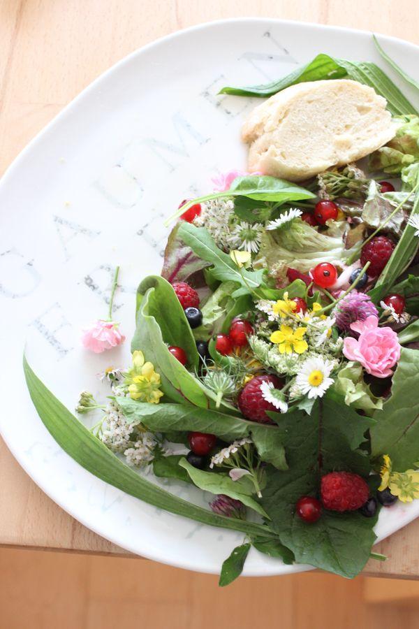 Etwas leichtes ... Wildkräutersalat serviert mit Geschenkidee