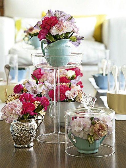 Leiteira, minijarras e açucareiros floridos são perfeitos para decorar uma mesa de café da manhã. Cúpulas e pratos com pé destacam alguns arranjos e dão bossa à composição
