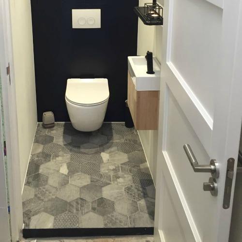 Na twee weken hard zwoegen is het toilet in Ons Eigen Huis klaar voor gebruikt. De kleinste ruimte in het huis is een pareltje geworden waar je in alle rust je behoefte kan doen.