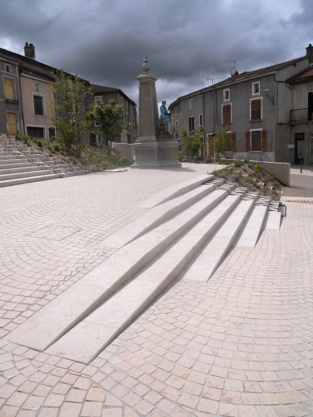 Le monument aux Morts est installé sur un pallier intermédiaire.