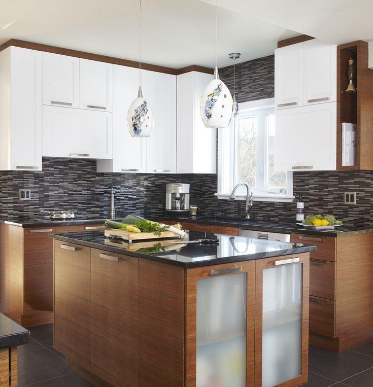 La majorité des armoires de la cuisine ont été réalisées en placage de mozambique horizontal. Les hauts d'armoires ont été réalisées en MDF laqué. Le tout est harmonisé au comptoir de granit. Budget: 25 000$ et plus.