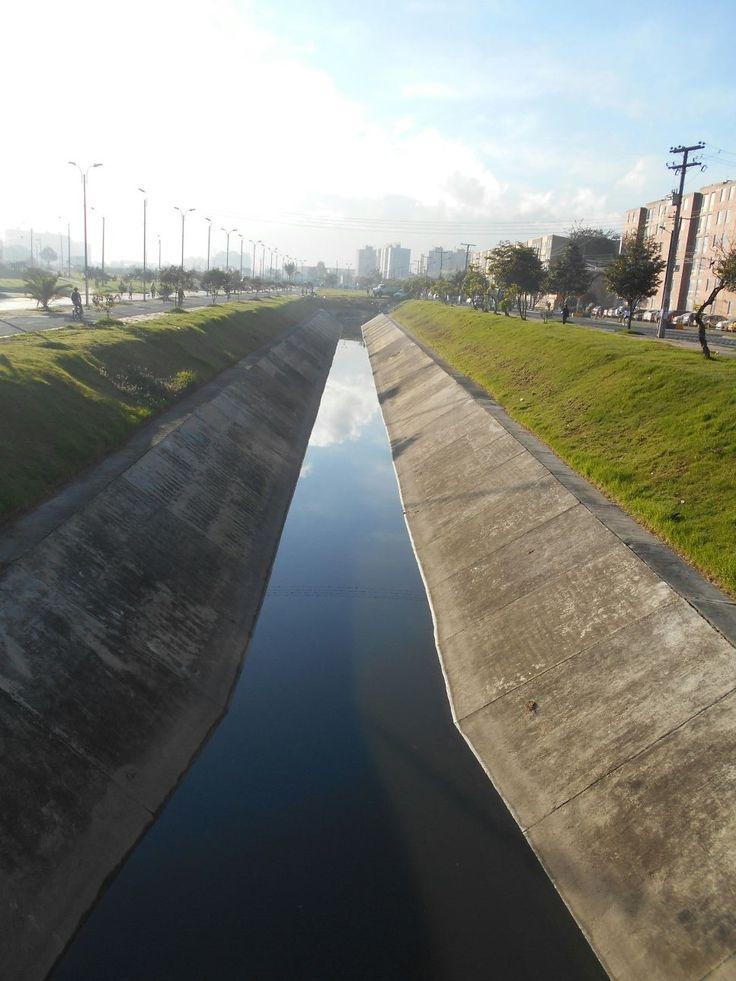 Un total de 1.188 metros de los 1.361 que componen el canal Castilla, han sido intervenidos por el personal operativo y técnico de Aguas de Bogotá (Convenio 008 de 2015), que aliados con la comunidad de Tintal, han desarrollado acciones en esta zona de la ciudad.  Desde el pasado 2 de diciembre, y para dar respuesta a los requerimientos de los habitantes, AB, inició las labores de limpieza, extracción de residuos mixtos, deshierbe y corte de césped en el canal Castilla. Acá el después.