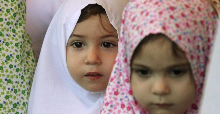 20150922 - Crianças palestinas participam do ritual do hajj em escola na cidade de Nablus, na Cisjordânia. O ritual representa a peregrinação anual dos muçulmanos a Meca, e é considerado um dos cinco pilares do Islã. Os outros quatro são a profissão de fé, a oração cinco vezes ao dia, o jejum durante o ramadã e a oferta da esmola. PICTURE: Abed Omar Qusini/Reuters