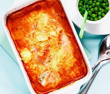 Roligt och inspirerande fiskrecept som passar stora som små! Blanda till en smarrig sås av grädde, tomatpuré, oregano, salt och peppar som du häller över fisken (tänk på att smaka på såsen så att du blir nöjd med kryddningen). Strö över ost och tillaga i ugnen ca 30 minuter. Servera tillsammans med potatis och ärter.