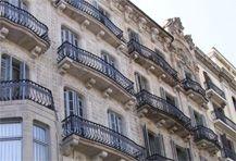 Edificio Mango en Paseo de Gracia 65, Barcelona. Saneamiento puntual, limpieza y aplicación de revestimiento en paramentos verticales de estuco de cal de fachada posterior