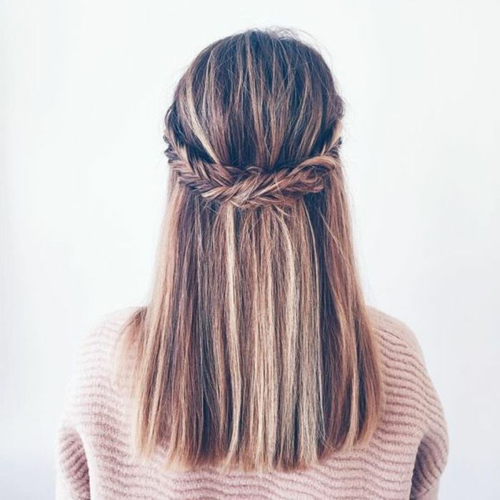 Hairstyle – Tresses : une couronne de tresse en épi qui réunit les mèches de devant, cheveux lisses