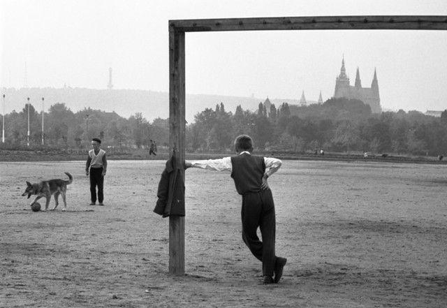 Na Letenské pláni (2427-2)• Praha, září 1963 • | černobílá fotografie, Letná, fotbal, děti při hře |•|black and white photograph, Prague|