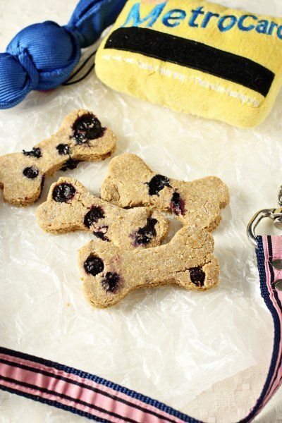 Recipe for homemade peanut butter blueberry dog treats. Make a special treat for your favorite furry friends! #DogTreats
