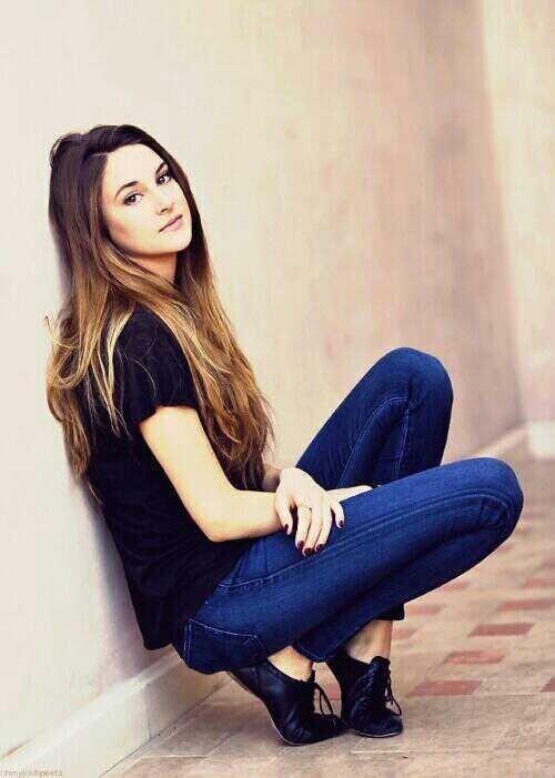 (FC: Shailene Woodley) Hi, I'm Ray. I'm the daughter of Katniss and Peeta. I'm 17 and single. I love archery and baking. Introduce?