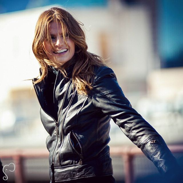 """Happy #BeckettDay! Stana behind the scenes of #Castle (swipe left for more).  """"I got the word that I booked Beckett on May 4, 2008. That was the beginning of what ended up being a life-changing experience. I am so fortunate to have played this character & to work with everyone involved in this project. My colleagues & this character enriched my life."""" 〰〰〰〰〰  Feliz Dia da Beckett! Stana nos bastidores de """"Castle"""" (deslize para a esquerda).  """"Recebi a notícia de que consegui o papel"""