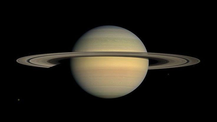 """La NASA publica imágenes únicas de la luna Daphnis, que """"maneja"""" los anillos de Saturno – RT"""