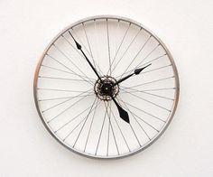 Klok van een fietswiel maken, doe het zelf idee voor hergebruik van fiets onderdelen.