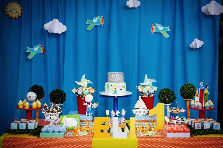 Mesa do bolo decorada para música Aquarela, com cataventos e castelinhos - Foto Juliana Gueiros