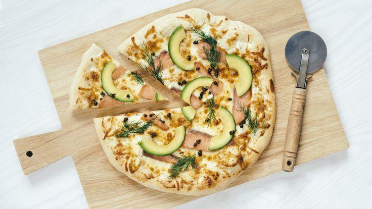 Hvit pizza med laks, avokado og Kremost Hvitløk
