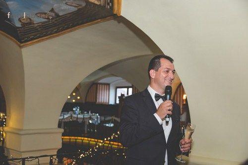 Ceremóniamester pohárköszöntője Reni és Feri Big Gatsby tematikájú esküvőjén (fotó: Fénylabor)  | Hubadúr Ceremóniamester