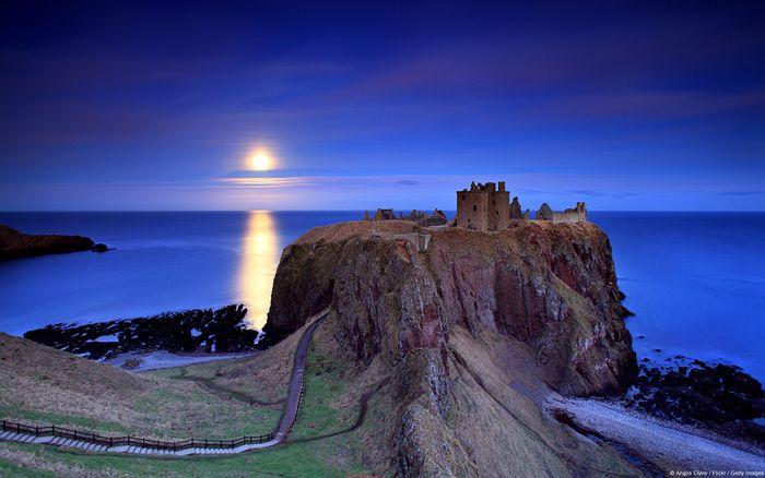 スコットランドにある13世紀の遺跡。北海を望む断崖絶壁の上に建てられています。映画「ハムレット」の舞台になったことでも知られています。