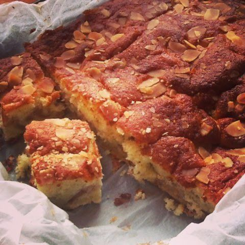"""[gallery type=""""square"""" ids=""""4579,4578″] Æblekagen lige til at tage med til vennerne, kollegerne eller klassen, men skynd dig inden din familie har spist det hele! Det er nem…"""