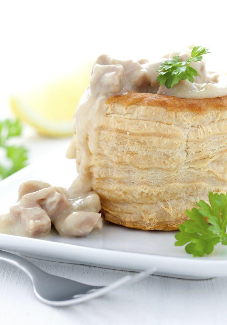 Een tikje ouderwets, maar wat kan een bladerdeegpasteitje gevuld met ragout toch lekker zijn. In dit recept worden kippenvlees en -bouillon gebruikt, maar je kunt natuurlijk ook Hollandse garnalen, paddenstoelen of rundvlees gebruiken.It's up to you! De ragout begint met het maken van een roux. Dit bestaat uit gelijke delen gesmolten boter en bloem, die […]