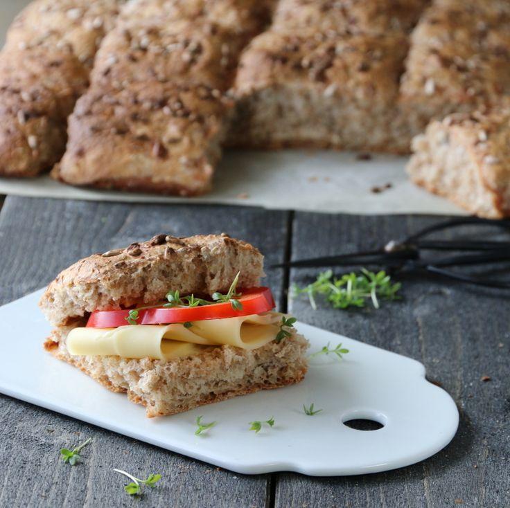 Jeg elsker grove langpannebrød – de er enkle å lage og tiner raskt, slik at vi alltid har fersk brød tilgjengelig. Dette er ypperlig matpakkebrød for både store og små, men også en vinner til lange og…