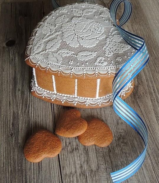 Gingerbread lidded heart box embellished in needlepoint lace by Pernikowe Serca, posted on Cookie Connection