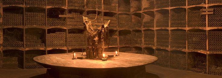 Es uno de los grandes tesoros de la bodega, una vinacotecafamiliar creada por el hijo del fundador de López de Heredia que fue bautizada por los propios trabajadores con el nombre de Cementerio por la disposición de sus nichos. Aunque su visita no está incluida en el circuito habitual, suelen hacer excepciones con peticiones hechas con antelación.