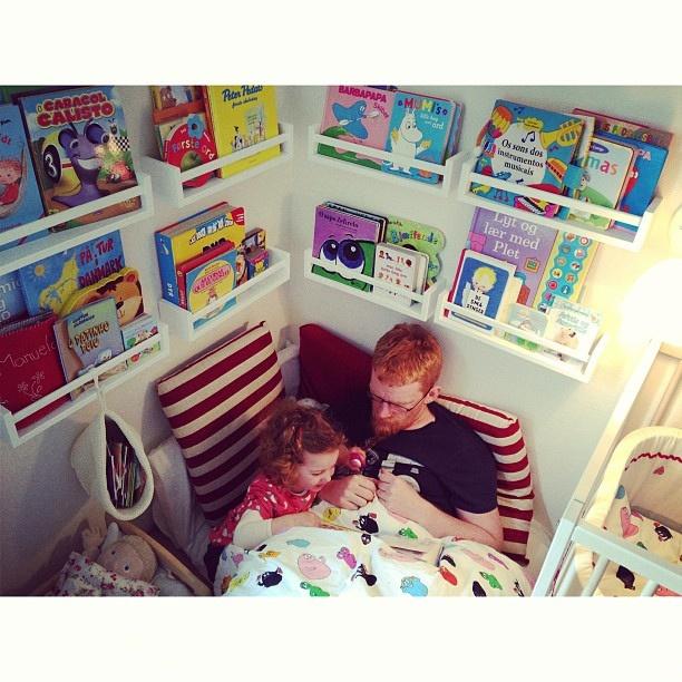 Child Reading corner with shelves. // canto de leitura infantil. Prateleiras e livros.