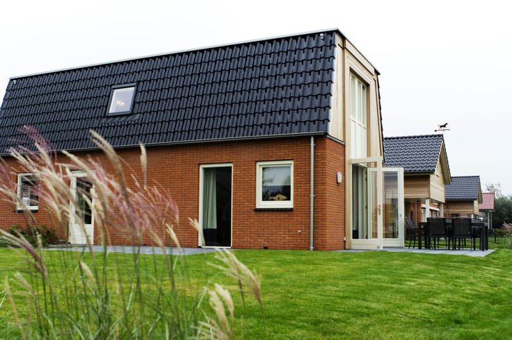 6-persoons Sneekermeer  Description: Pluspunten: - Recreatiepark met accommodaties aan het water - Boot af te meren vanaf eigen steiger - Nabij Sneek Leeuwarden en Heerenveen - Omgeving geschikt voor fiets- en wandeltochten - Breng een bezoekje aan het KameleondorpLigging van Hogenboom Recreatiepark Tusken de MarrenIn het hart van Friesland in Akkrum en aan de Meineslaet ligt Hogenboom Recreatiepark Tusken de Marren. Dit park is een paradijs voor watersportliefhebbers aangezien Friesland dé…