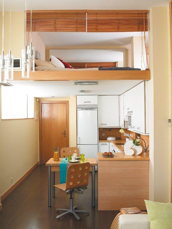 Loft com pequeno espaço para cama.